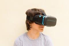 Adolescente que lleva los vidrios de VR Imagen de archivo