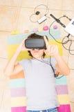 Adolescente que lleva los vidrios de VR Imágenes de archivo libres de regalías