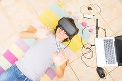 Adolescente que lleva los vidrios de VR Imagen de archivo libre de regalías