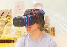 Adolescente que lleva los vidrios de VR Fotografía de archivo