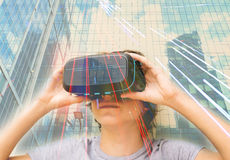 Adolescente que lleva los vidrios de VR Fotos de archivo libres de regalías