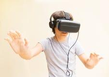 Adolescente que lleva los vidrios de VR Foto de archivo