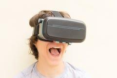 Adolescente que lleva los vidrios de VR Fotografía de archivo libre de regalías