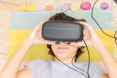 Adolescente que lleva los vidrios de VR Fotos de archivo