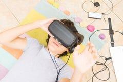 Adolescente que lleva los vidrios de VR Foto de archivo libre de regalías