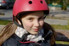 Adolescente que lleva un casco del patín de ruedas Foto de archivo