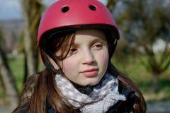 Adolescente que lleva un casco del patín de ruedas Imagen de archivo