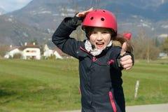 Adolescente que lleva un casco del rodillo Fotografía de archivo