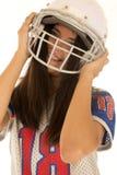 Adolescente que lleva una sonrisa americana del casco de fútbol americano Fotografía de archivo libre de regalías
