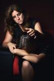 Adolescente que llora mientras que su madre intenta confortarla Fotografía de archivo libre de regalías