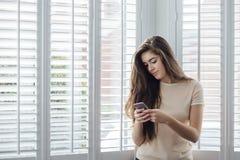 Adolescente que manda un SMS Fotografía de archivo libre de regalías