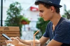 Adolescente que manda un SMS de su teléfono móvil Fotos de archivo libres de regalías