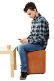 Adolescente que manda un SMS en smartphone Foto de archivo