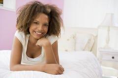 Adolescente que miente en cama Foto de archivo