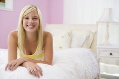 Adolescente que miente en cama Imagen de archivo libre de regalías