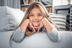 Adolescente que miente en el sofá en una sala de estar Imagenes de archivo