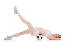 Adolescente que miente en el suelo con el balón de fútbol Imagen de archivo