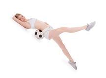 Adolescente que miente en el suelo con el balón de fútbol Foto de archivo libre de regalías