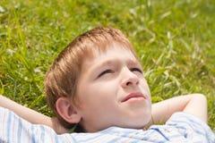 Adolescente que miente en hierba. Fotos de archivo libres de regalías