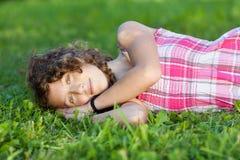 Adolescente que miente en hierba Fotografía de archivo libre de regalías
