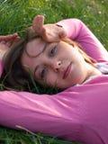 Adolescente que miente en hierba Fotos de archivo libres de regalías