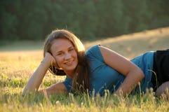 Adolescente que miente en hierba Foto de archivo libre de regalías
