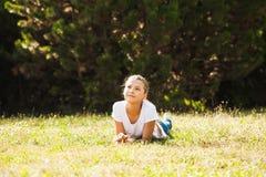 Adolescente que miente en la hierba Foto de archivo