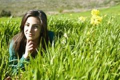 Adolescente que miente en la hierba Imagen de archivo