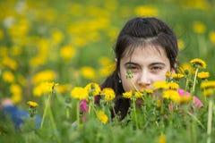 Adolescente que miente en la hierba Fotos de archivo