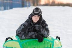 Adolescente que miente en la tubería verde Fotos de archivo