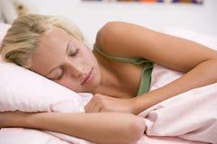 Adolescente que miente en su cama Imagenes de archivo