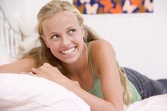 Adolescente que miente en su cama Imagen de archivo