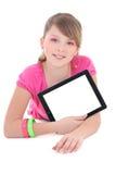 Adolescente que miente y que usa la PC de la tablilla aislada sobre blanco Imagenes de archivo