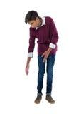 Adolescente que mira abajo contra el fondo blanco Imagenes de archivo