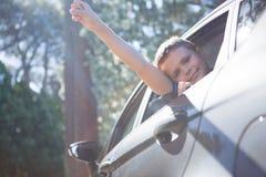 Adolescente que mira de la ventanilla del coche abierta Foto de archivo