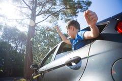 Adolescente que mira de la ventanilla del coche abierta Fotos de archivo libres de regalías