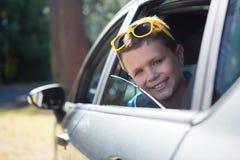 Adolescente que mira de la ventanilla del coche abierta Fotografía de archivo libre de regalías