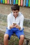 Adolescente que mira el móvil Imagen de archivo
