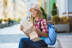 Adolescente que mira el mapa Concepto del turismo y de las vacaciones Fotografía de archivo