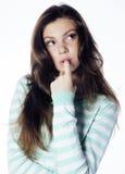 Adolescente que mira el pensamiento triste preocupante aislado en el fondo blanco Fotos de archivo
