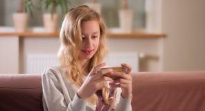 Adolescente que mira el vídeo en línea Una muchacha solamente Fotografía de archivo libre de regalías