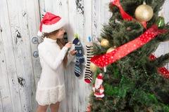 Adolescente que mira en calcetines del Año Nuevo y de la Navidad Imagen de archivo libre de regalías
