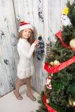 Adolescente que mira en calcetines del Año Nuevo y de la Navidad Fotografía de archivo libre de regalías