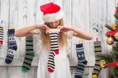 Adolescente que mira en calcetines del Año Nuevo y de la Navidad Fotografía de archivo