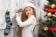 Adolescente que mira en calcetines del Año Nuevo y de la Navidad Foto de archivo libre de regalías