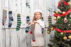 Adolescente que mira en calcetines del Año Nuevo y de la Navidad Fotos de archivo libres de regalías