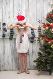 Adolescente que mira en calcetines del Año Nuevo y de la Navidad Imagen de archivo