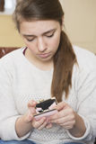 Adolescente que mira en el monedero vacío Fotos de archivo