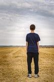 Adolescente que mira en el paisaje Imagen de archivo libre de regalías