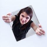 Adolescente que mira a escondidas de un agujero Imágenes de archivo libres de regalías